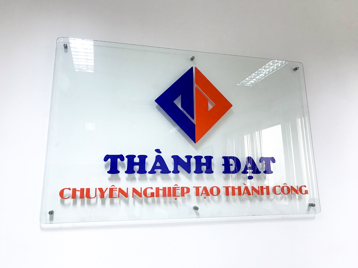 Bảng hiệu công ty bằng kính logo chữ nổi mica