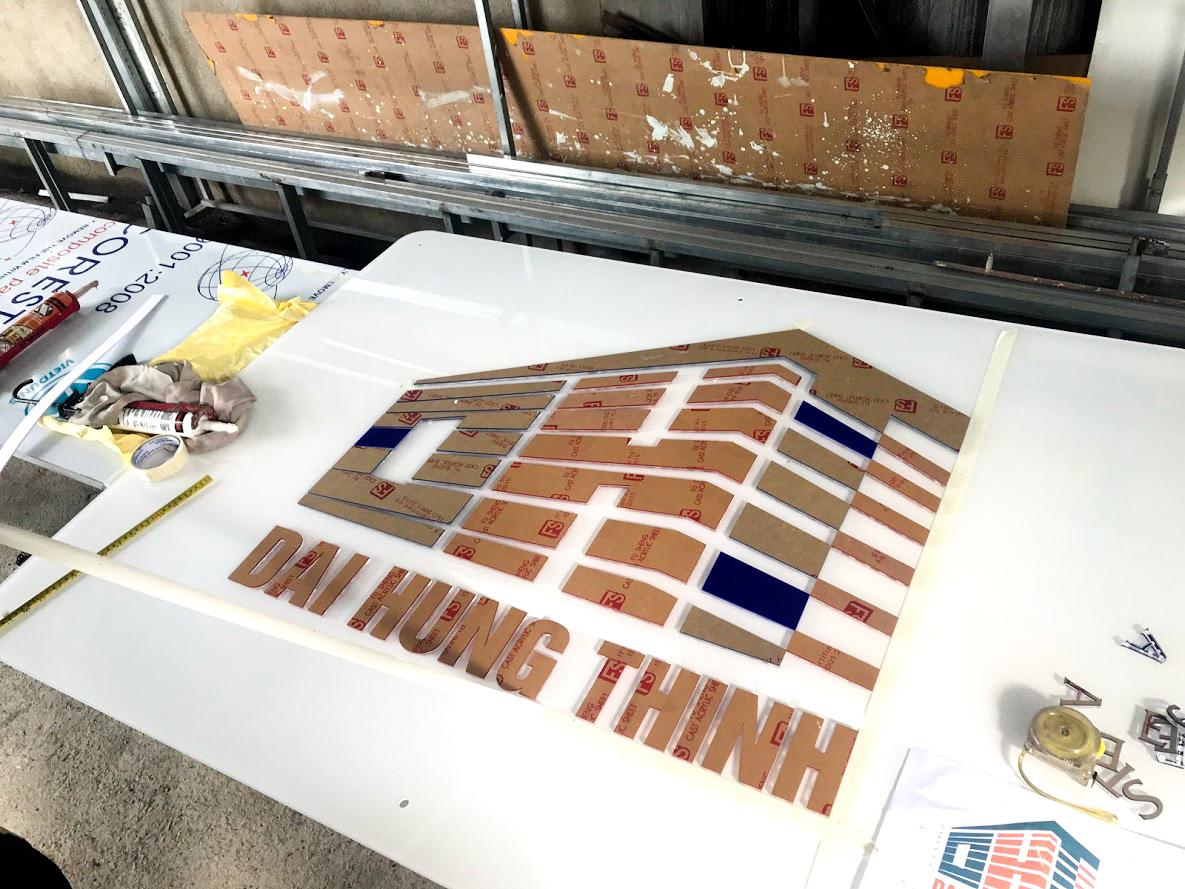 Gia công lắp đặt backdrop logo chữ nổi mica cắt laser mica 2 lớp