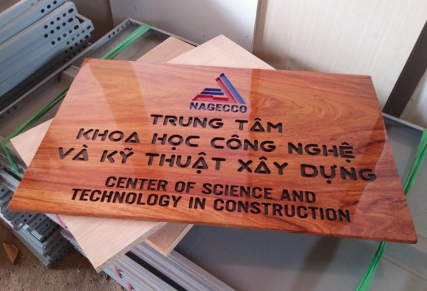 Làm bảng hiệu gỗ tự nhiên khắc CNC
